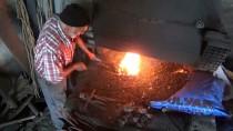 Amasyalı Demirci Ustası, Ekmeğini 42 Yıldır Demire Şekil Vererek Kazanıyor