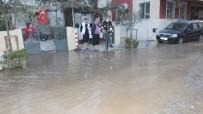 Balıkesir'de Boru Patladı Caddeyi Su Bastı