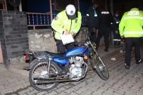 Kontrolden Çıkan Motosiklet, Temizlik Görevlisine Çarptı Açıklaması 2 Yaralı
