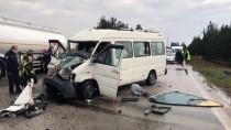 Adana'da Tıra Arkadan Çarpan Minibüsteki 4 Kişi Yaralandı