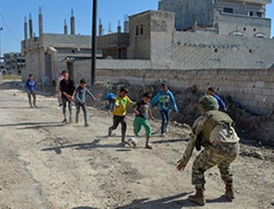 Türk askeri çocukların yüzünü güldürüyor!