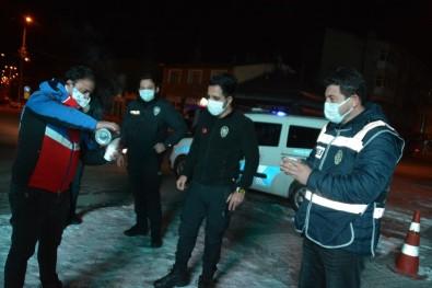 Eksi 10 Derecede Görev Başındaki Polislere Vatandaşlar Çay İkram Etti