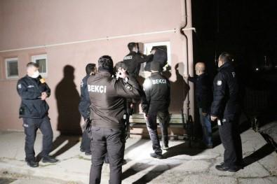 Hırsız Alarmında Bekçiler Tuvalet Penceresinden İçeri Girdi
