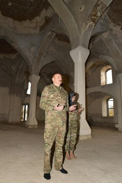 Aliyev ve eşinden tarihi ders! Ermenilerin harap ettiği camiye böyle girdiler...