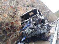 Kaza Yapan TIR Yandı, Sürücüsü Yaralandı