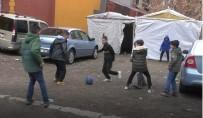 Ağrılı Minik Çocukların Hafta Sonu Yasakları Öncesi Futbol Keyfi