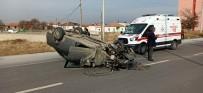 Aydınlatma Direğine Çarparak Takla Atan Otomobilde 2 Kişi Yaralandı