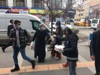 Kars'ta Belediye Vatandaşlara Maske Dağıttı