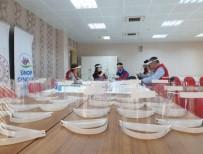 Gönüllü Olarak Siperlik Maske Üretiyorlar