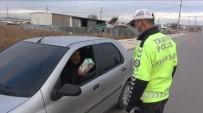 Maskesiz Yakalanan Sürücü Polis Memuruna Maske İkram Etti