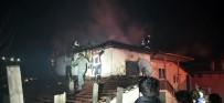 Sakarya'da İki Katlı Ahşap Evin Çatı Katı Alev Alev Yandı