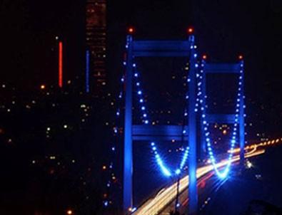 FSM Köprüsü maviye büründü!