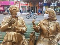 'Maskeli Heykel' Görenleri Hem Uyardı, Hem De Gülümsetti