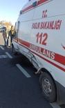 Otomobil İle Ambulans Çarpıştı Açıklaması 3 Yaralı