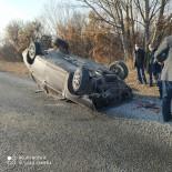 Bölünmüş Yolda Karşı Şeride Geçen Otomobil Takla Attı Açıklaması 3 Yaralı