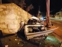 Otomobil Önce Kaldırıma Ardından Elektrik Direğine Çarptı Açıklaması 2 Ölü, 1 Yaralı