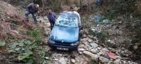 Otomobil Uçuruma Yuvarlandı, Aile Ölümden Döndü