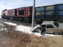 Hemzemin Geçitte Yük Treni İle Otomobil Çarpıştı Açıklaması 2 Yaralı