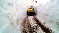 KAR KALINLIĞI - Pütürge'de Kar Kalınlığı 4 Metreyi Aştı