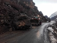 BEYTÜŞŞEBAP - Beytüşşebap'ta Dev Kaya Yolu Kapattı