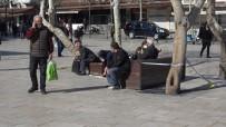 DOMUZ GRIBI - (Özel) Banklara Oturan Yaşlı Vatandaşlara Seyyar Satıcıdan Örnek 'Korona' Tepkisi