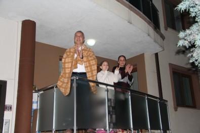 Başkan Babaoğlu Ailesi Ve Komşularıyla Birlikte Alkış Gönderip, Vatandaşlara Seslendi