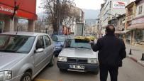 SİVİL POLİS - Otomobilinin Üstüne Bağladığı Buzdolabını Polisin Uyarısına Kızıp Kaldırıma Bırakıp Gitti