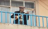 96 Yaşındaki Dede Curasını Aldı, Balkondan 'Evde Kalın'mesajı Verdi