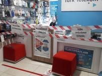 Telefon Dükkanından Müşterilere '1 Metre Mesafe' Kuralı