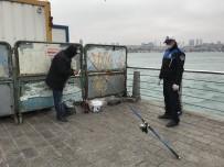 OLTA - Üsküdar'da Bariyerlerin Arkasına Saklanıp Balık Tutmak İstedi Zabıtaya Yakalandı