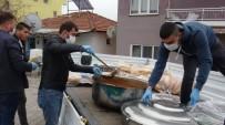 Yaşlılar Evden Çıkmasın Diye Muhtar Yemek Yapıp, Kapı Kapı Dağıtıyor