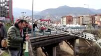 KAYABAŞı - 18 Yaşındaki Genç Köprüden Atladı, Vatandaşlar Film İzler Gibi İzledi