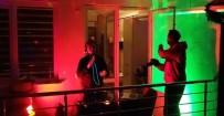 ORÇUN - Evde Kalan Vatandaşlara Balkonundan DJ'lik Yaparak Moral Verdi