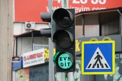 Sakarya'da Trafik Işıklarında Korona Virüse Karşı, 'Evde Kal' Ve 'Eve Git' Çağrısı