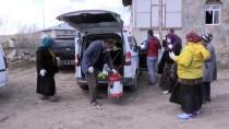 En Ücra Köylere Giderek Dışarı Çıkamayan Yaşlıların Evlerini Temizliyorlar