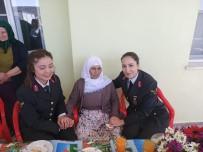Jandarma'dan 107 Yaşındaki Nineye Kadınlar Günü Sürprizi
