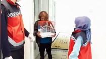 MUHABBET KUŞU - İzmir'de Yaşlı Teyzenin Muhabbet Kuşu İsteğini Belediye Ekipleri Karşıladı