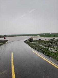 Sağanak Yağış Nedeni İle Yol Su Altında Kaldı