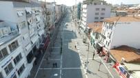FUNDA KOCABIYIK - Uşak'ın En İşlek Caddesi Bariyerlerle Kapatıldı, İnsan Yoğunluğu Azaldı
