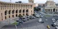PSİKOLOJİK DESTEK - Ermenistan'da görülmemiş olay! Parlamento binasının önünde ağzını dikti