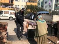Gömeç Polisi Ekmekleri Vatandaşın Ayağına Götürdü