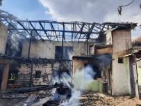 Isparta'da Çıkan Yangında 2 Katlı Ev Tamamen Yandı