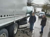 ATATÜRK BULVARI - Samsun'da Minibüs Tıra Arkadan Çarptı Açıklaması 3 Yaralı