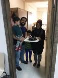 BURSA VALİLİĞİ - Bursa KYK Yurdunda Karantinaya Alınan Aileye Evlilik Yıl Dönümü Sürprizi