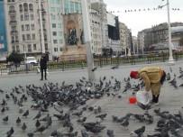 TAKSIM - Taksim'de Aç Kalan Güvercinleri Beslediler