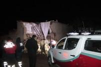 AĞIR YARALI - Diyarbakır'da Aşırı Yağışlardan Dolayı Kerpiç Ev Çöktü