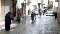 ÇAMAŞIR SUYU - Kadınlar Korona Virüsüne Karşı Sokakları Temizledi