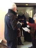 KAMU GÖREVLİLERİ - Yaşlıların Maaşları Ve İhtiyaçlıların Destek Ödemeleri Evlerine Götürülüyor