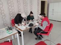 GENÇLİK MERKEZİ - Sinop Gençlik Merkezi'nde Siperlik Maske Üretiliyor