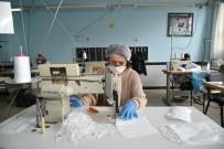 HALK EĞİTİM MERKEZİ - Selçuklu'da Gönüllülük Esasıyla Günde 15 Bin Tıbbi Maske Üretiliyor